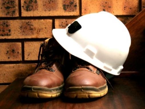 munkavédelmi sisak és cipő