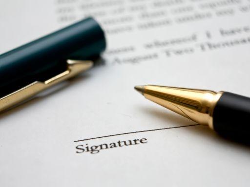 toll, aláírás helye fölött