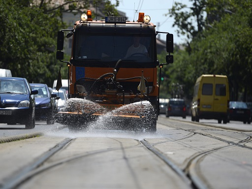 Napok óta hőségriadó van, a munkahelyeken is ügyelni kell - Kép: MTI Fotó: Kovács Tamás