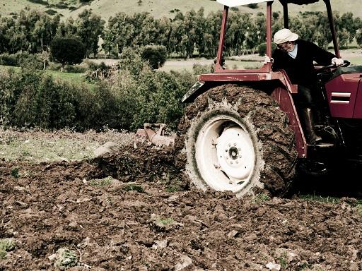 traktor a felszántott földön