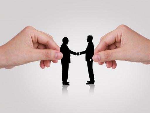 két ember sziluett kezet fog