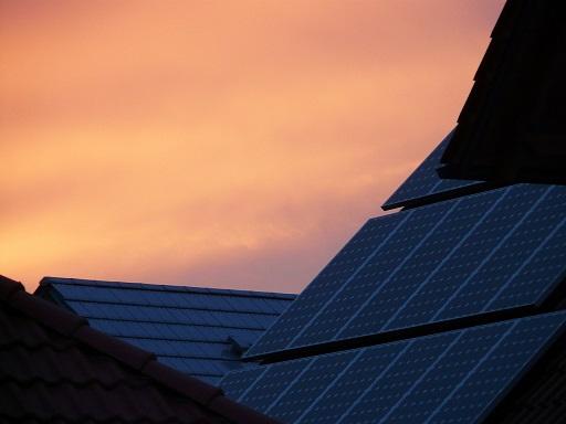 napelemek egy tetőn