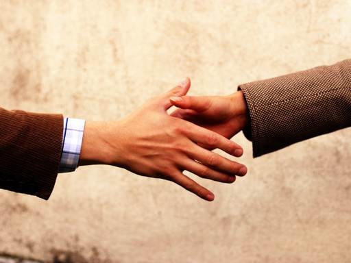 kézfogás két öltönyös között