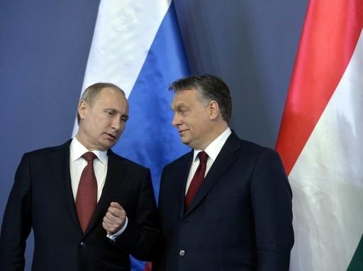 Vlagyimir Putyin orosz elnök (b) és Orbán Viktor miniszterelnök a Parlament Delegációs termében tartott sajtótájékoztatón 2015. február 17-én. Kép:MTI/KoszticsákSzilárd
