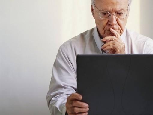 egy férfi gondolkodik számítógép előtt