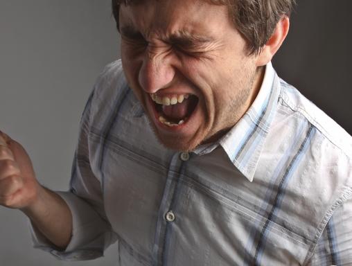 egy dühödten kiabáló ember