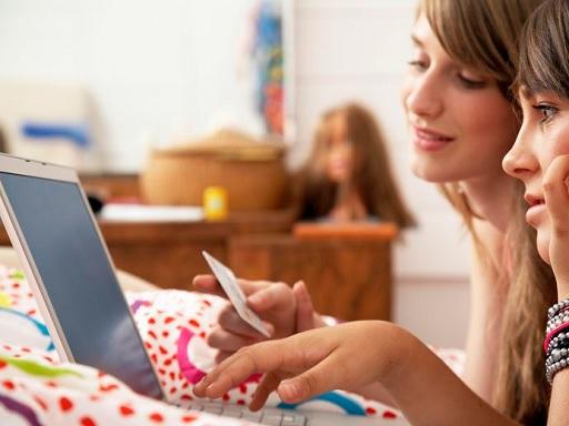 két lány weben vásárol