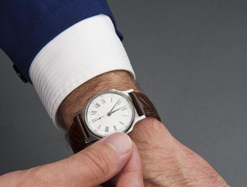 férfi órát állít
