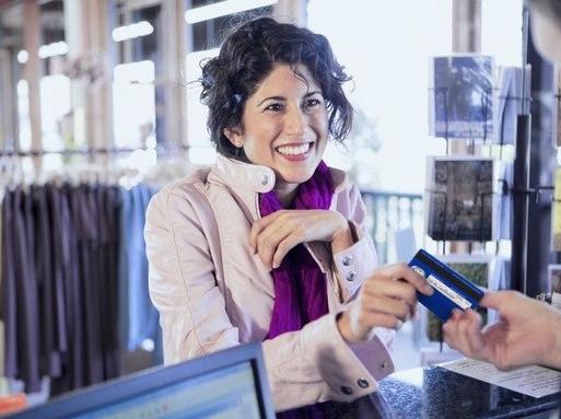 bankkátyával fizető nő