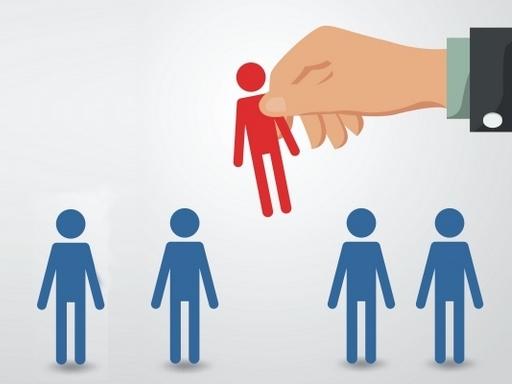 grafikán egy kéz kiemel egy ember a sorból