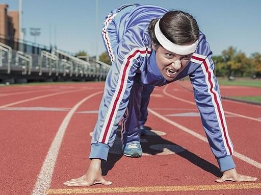 futó elszántan a start vonalnál