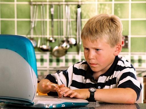 gyerek számítógép előtt