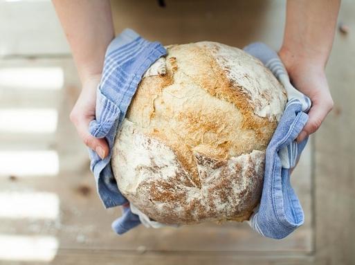 kenyér kézben