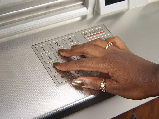 pin kódot beütő kéz