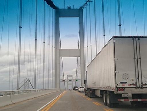 teherautó egy hídon