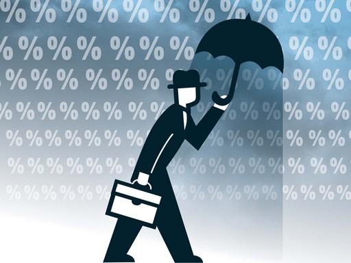 zuhogó paragrafusok között sétál egy esernyős ember