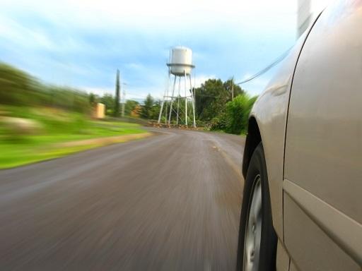 autó halad az autópályán