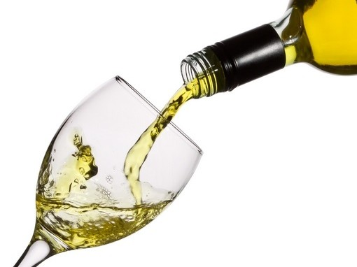 bort tölt a pohárba
