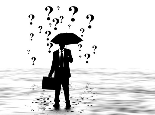 esernyős üzletember sziluettje a jogszabályok esőjében