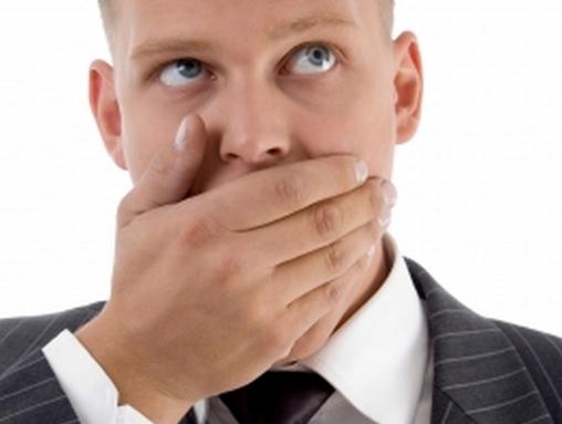 ember befogja a száját
