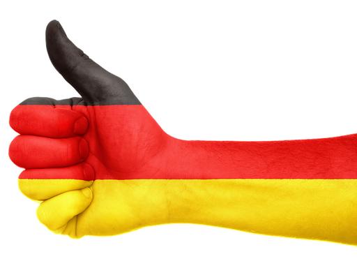 Kéz német zászló színeire festve