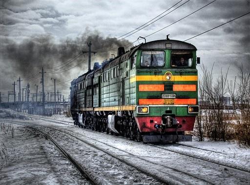 szennyes havon szennyezett tájon haladó mozdony