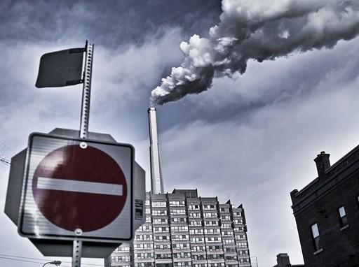 gyárkémény behajtani tilos táblával