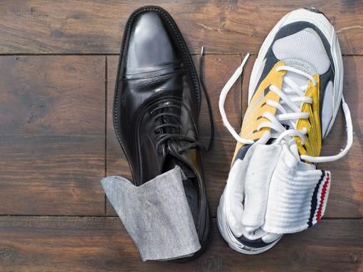 sportcipő és elegáns cipő egymás mellett