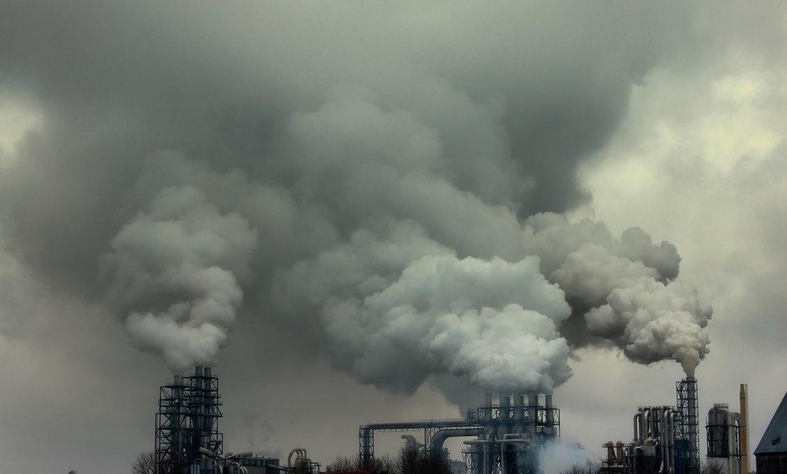 Légszennyezés. Emisszió. Füstölő gyárkémény. Erőmű