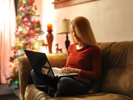 no dolgozik a karácsonyfa alatt laptopon