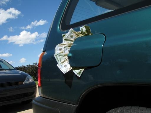 Autó tanksapkája alá betömött pénzzel