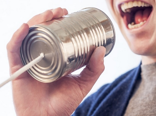 konzerdobozba beszélő ember