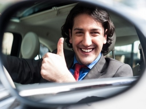 elégedett ember egy autóban