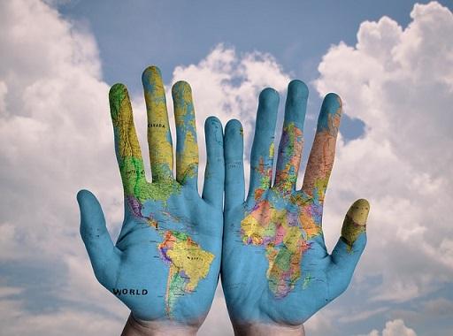 kezek világtérképpel