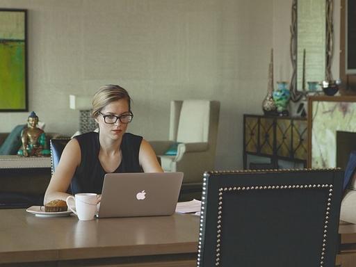 nő laptopon dolgozik