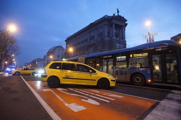 Budapest, 2016. január 19. Az Uber közösségi személyszállító szolgáltatás ellen tiltakozó taxisok állnak autóikkal a belvárosi Andrássy út és a Bajcsy-Zsilinszky út keresztezõdésénél 2016. január 19-én reggel. MTI Fotó: Balogh Zoltán