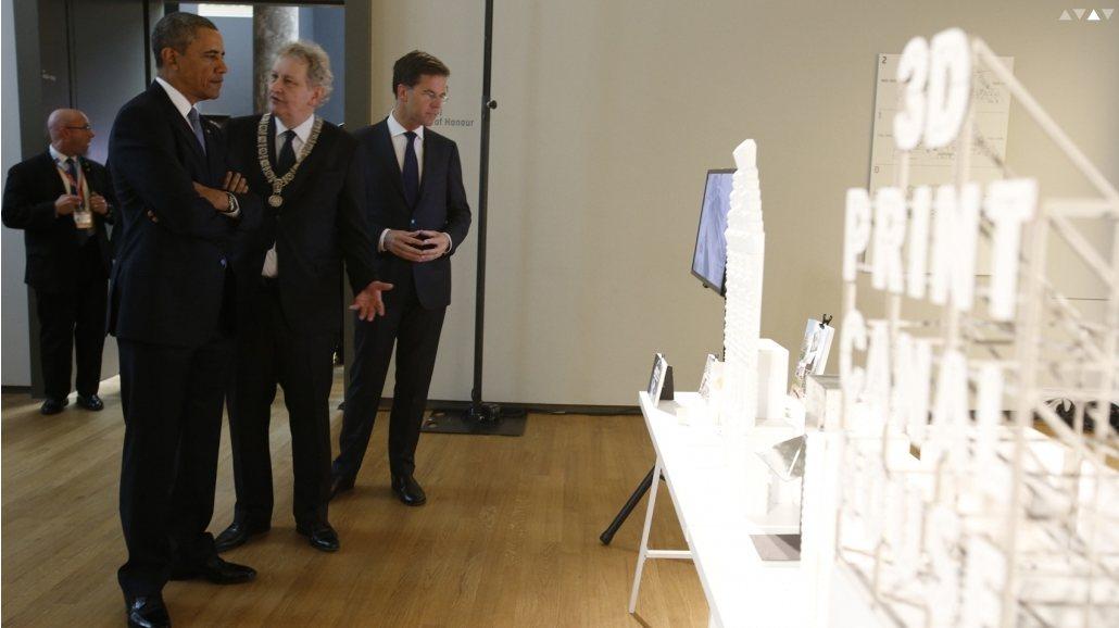 Obama megnézi a 3D-printelt -illetve printelendő- ház terveit. (fotó : Dus Architects)