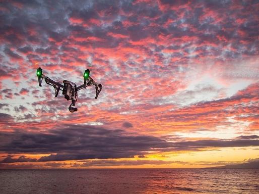 drón repül a tenger felett