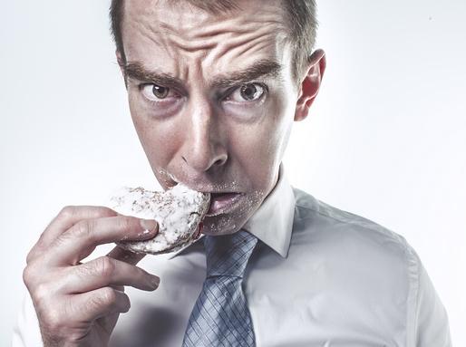 egy ember sütit eszik