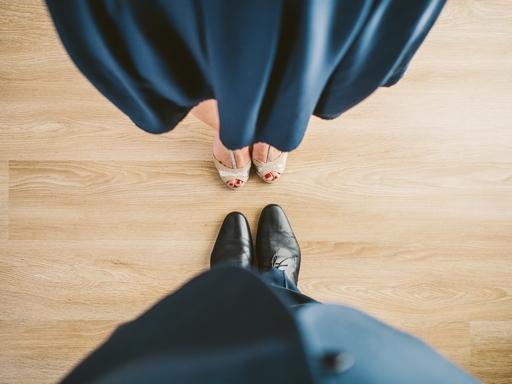 nő és férfi egymással szemben