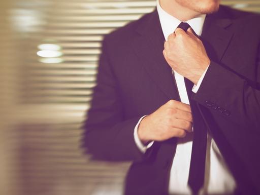 nyakkendőjét igazgató férfi