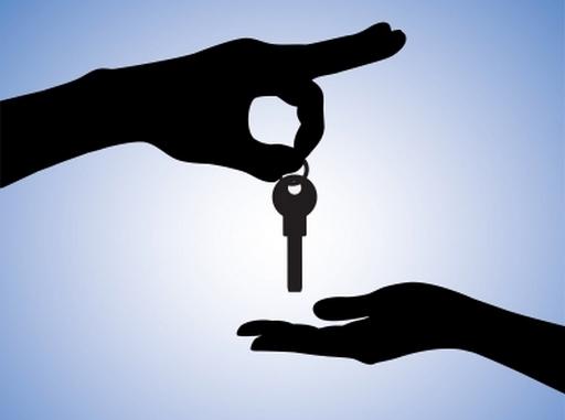egy kéz kulcsot ad egy másiknak