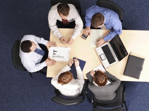 emberek egy asztal körül, felülnézetből