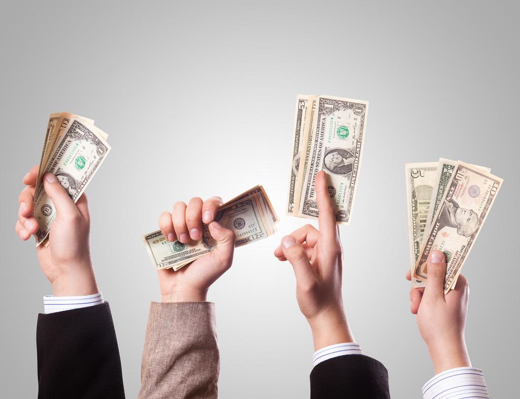 kezek pénzt lobogtatnak