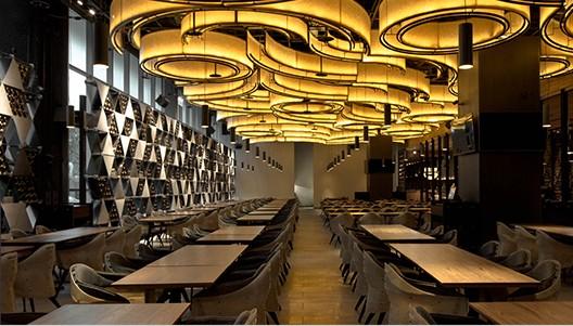 A Le blé d'Or étterem belseje: ki gondolná, hogy a sörgyártásból fennmaradt anyagokkal dekorálták?