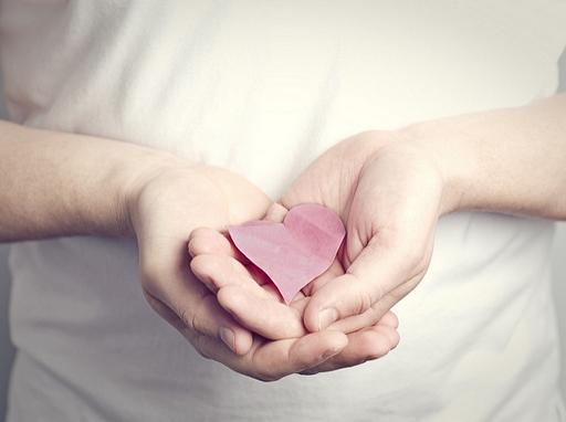 kézben papír szív