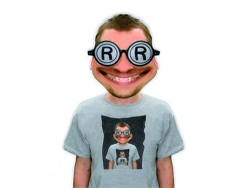 ember, saját képével díszített pólóban