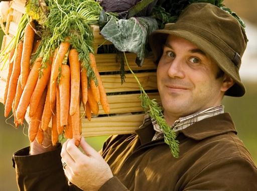 férfi zöldségekkel a vállán