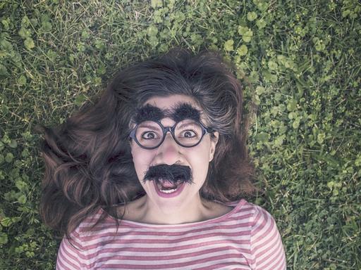nő maszkban grimaszol