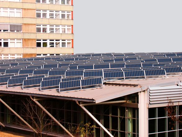 napelemekkel fedett tető